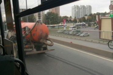 Машина снечистотами врезалась втакси наПискаревском путепроводе