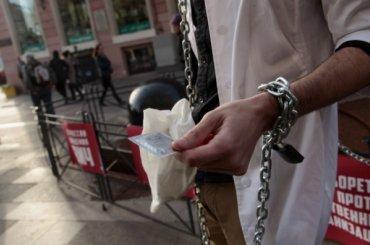 Прикованный цепью активист раздавал презервативы прохожим