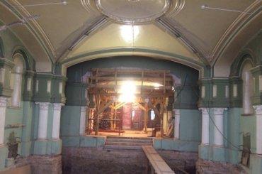 Рабочие сбили метлахскую плитку вИмператорском коммерческом училище