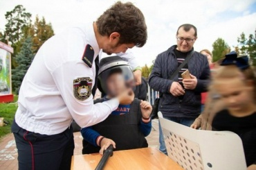 Первоклассников Челябинска одели вформу ОМОНа идали дубинки