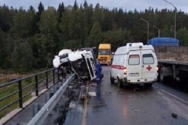 Бензовоз ссоляркой перевернулся под Каменногорском, водитель погиб