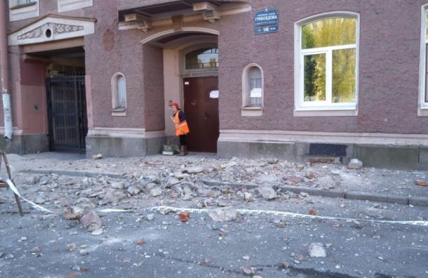 Фасад дома наканале Грибоедова обрушился натротуар