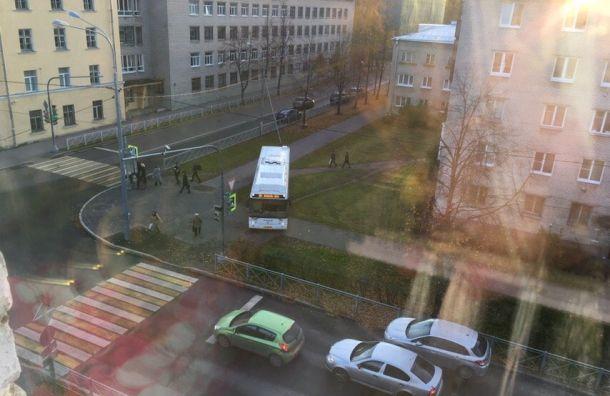Решил срезать: водитель автобуса вЛомоносове прокатился про тротуару