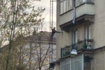 Петербурженка разбила окно всвоей квартире истала выбрасывать вещи