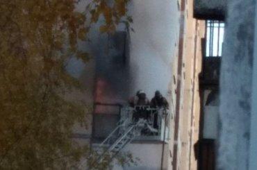 Пожарные вывели бабушку изгорящей квартиры наДемьяна Бедного