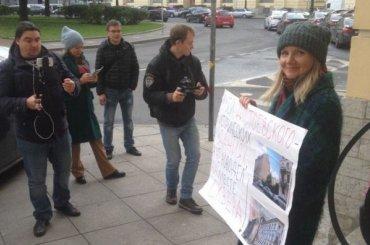 Защитники сквера вКузнечном окружат площадь Ломоносова