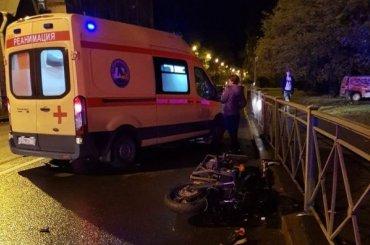 Мотоциклист сбил попавшего вДТП водителя наПриморском