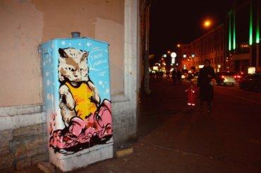 «Уменя лапки»: кот защищает электрощиток отнезаконной рекламы
