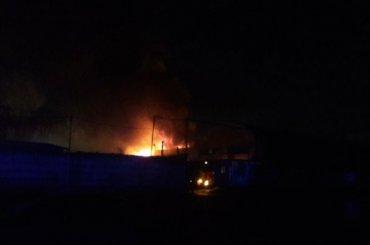 Крупный пожар наскладе вПушкине тушат спасатели