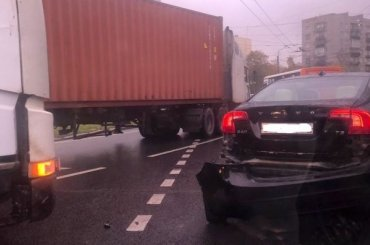 Оторванный бампер «Вольво» спровоцировал серьезную пробку наВетеранов