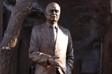 Памятник Исламу Каримову открыли вцентре Москвы