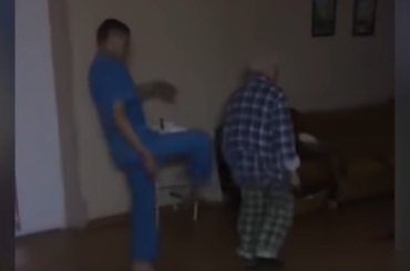 Санитары психбольницы записали накамеру издевательства над пациентом