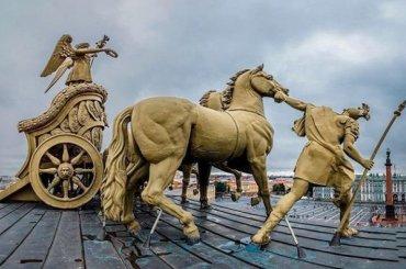 Руферы пробрались наКолесницу славы над аркой Главного штаба