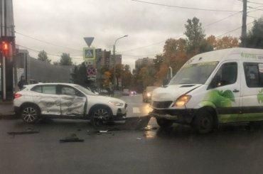 Четыре человека пострадали в ДТП с маршруткой на улице Орбели
