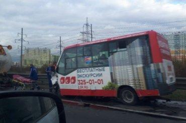 Три человека пострадали при столкновении микроавтобуса сгрузовиком наКАД