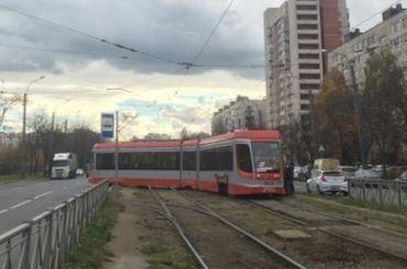 Трамвай сошел срельсов напроспекте Солидарности