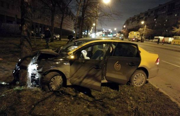 Водитель «Делимобиля» врезался вдерево иубежал сместа ДТП
