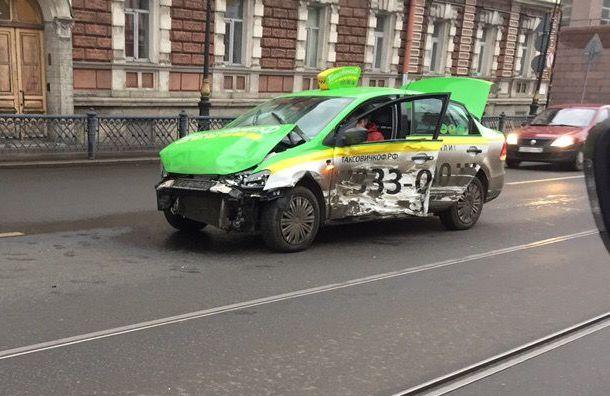 Авария сучастием такси случилась наЛитейном