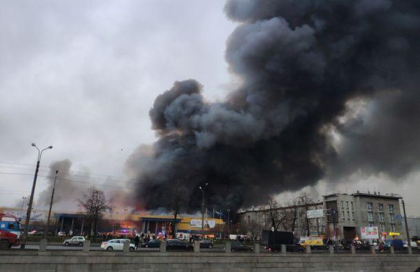 Завалы сгоревшей «Ленты» продолжают тлеть