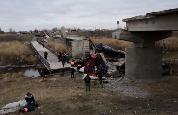 Шесть человек пострадали при обрушении части моста под Воронежем