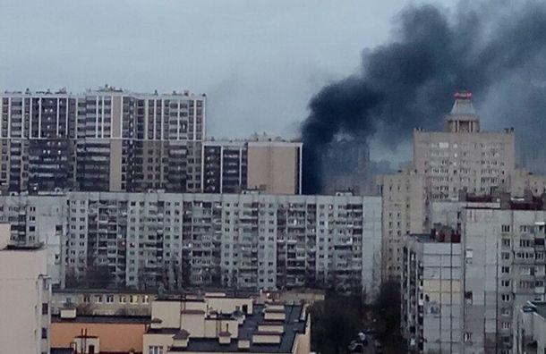 Сильный пожар тушат вновостройке наулице Галстяна