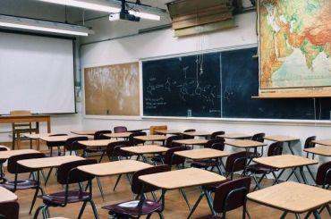 Школьницу выгнали сурока из-за голубого цвета волос