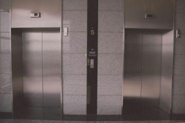 Названы районы-лидеры поколичеству изношенных лифтов