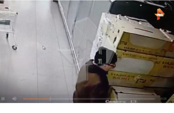 Охрана отправила в«нокаут» посетителя магазина засправление нужды