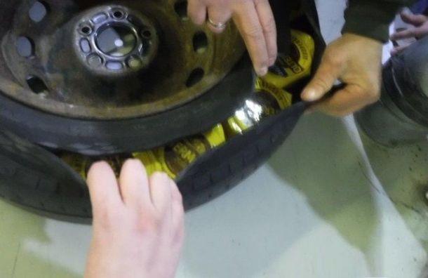 Водитель спрятал 30 упаковок финского сыра взапасном колесе