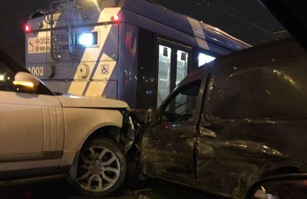 Две иномарки столкнулись строллейбусом