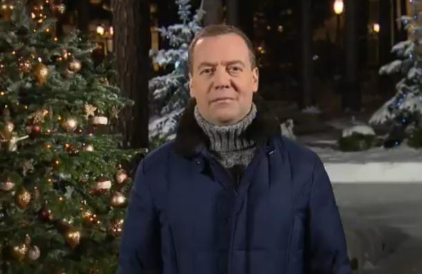 «Mydear friends»: Медведев поздравил сНовым годом