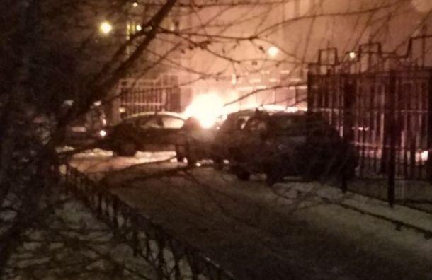 Сгорела машина ушколы наКраснопутиловской улице