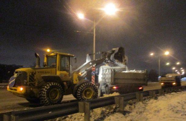 Петербургские дорожники занеделю вывезли 61 тысячу кубометров снега