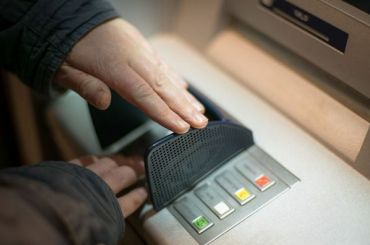 Петербуржец обворовал банкоматы торговых центров на10 млн рублей