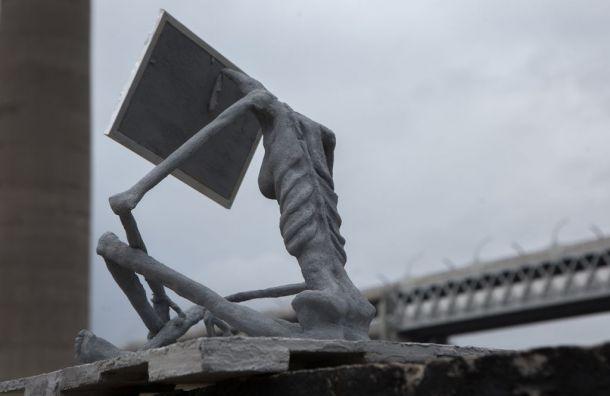 Скульптура страдающей отнехватки солнца анорексички появилась под ЗСД