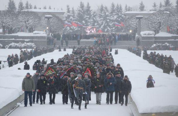 НаПискаревском кладбище возложили цветы впамять ожертвах блокады