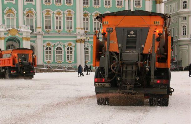 Центр Петербурга посыпают гранитной крошкой