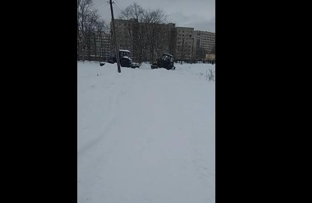 Трактор для уборки снега провалился впруд вПетербурге