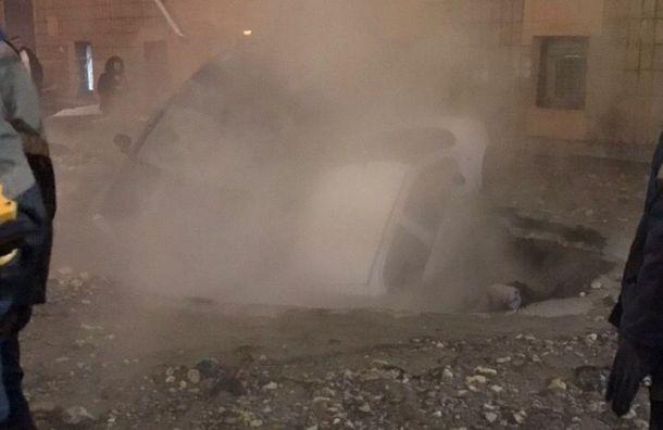 Два автомобиля оказались впромоине после прорыва трубы вПетербурге