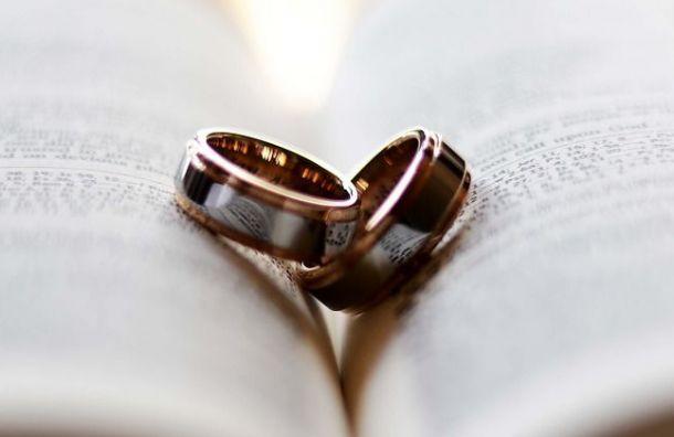 Фиктивный брак петербурженки имигранта расторгли через суд