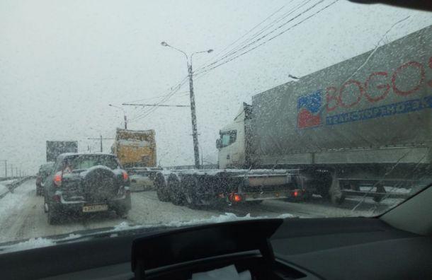 Фуры заблокировали выезд изКрасносельского района