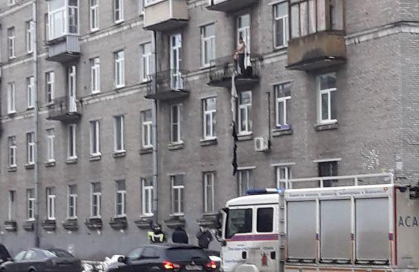 Мужчина наулице Зайцева решил покинуть квартиру через балкон