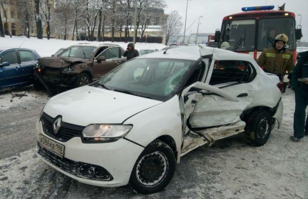 Водитель иномарки попал вбольницу после аварии наСмольной набережной