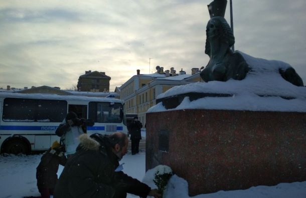 Петербургские антифашисты вышли натраурную акцию возложения цветов
