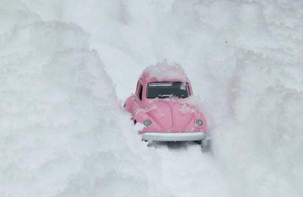 Петербуржцев попросили переставлять машины навремя уборки снега