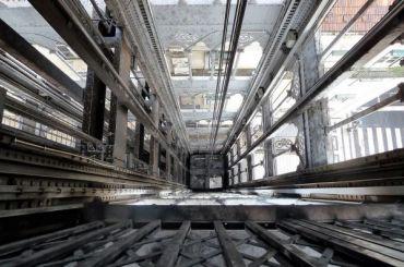 Рабочий изМордовии упал вшахту лифта настройке вПетербурге