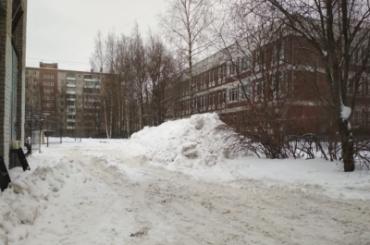 Прокуратура недовольна уборкой снега втрех районах Петербурга