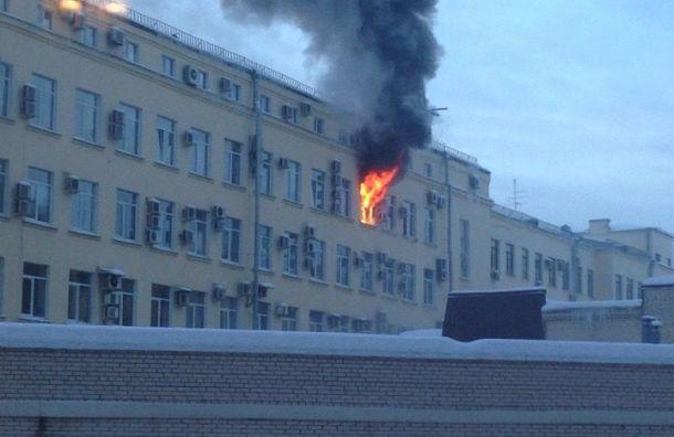 Здание Арбитражного суда горит вПетербурге