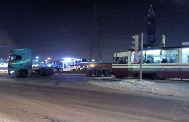 Застрявшая фура перегородила дорогу трамваям наулице Котина