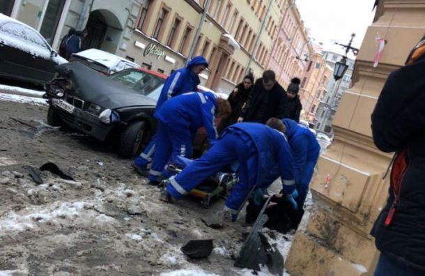 Водитель BMW «впечатал» встену женщину вПетроградском районе